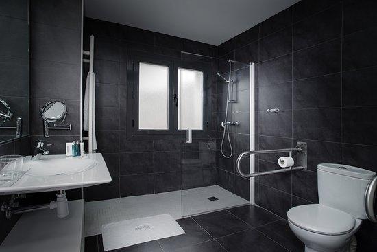 Alhama de Aragón, España: Baño de habitación adaptada
