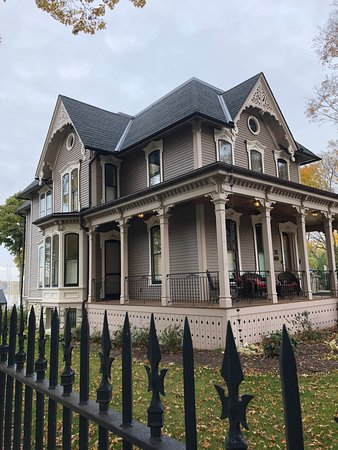 Whitehall, MI: Fully restored early 1900 home