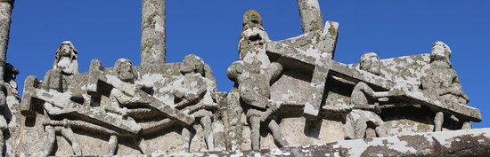 Saint-Jean-Trolimon, France : Détail : le Christ portant sa croix, suivi des 2 larrons
