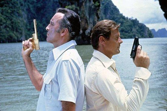 James Bond en bote grande y canoa...