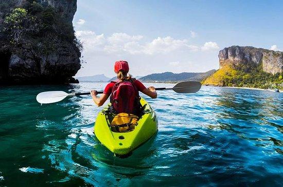 Kayak de mar en la bahía de Ao...