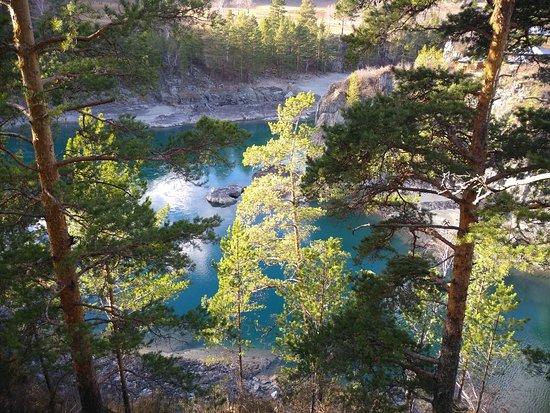 Altai Krai, Rusia: Река Катунь в районе Чемала в октябре.