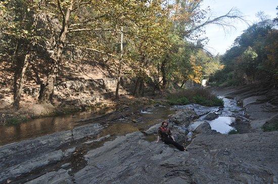 Tiflis, Georgia: Речка, текущая от водопада