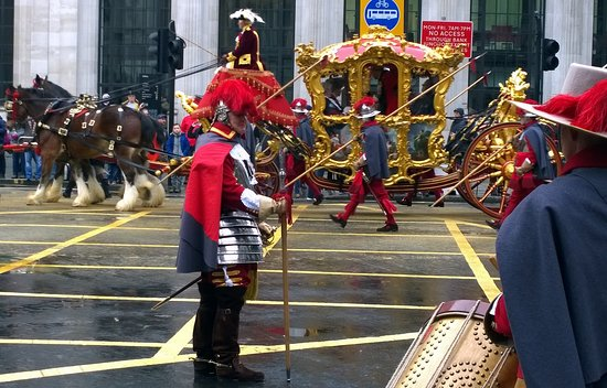 Yes, that's real armour and pikemen in  the Lord Mayor's Show in the City of London
