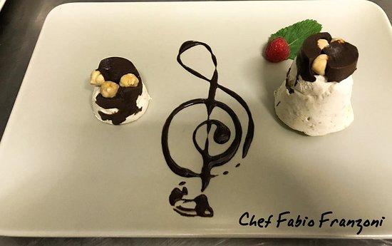 Roveleto, Италия: Il parfait alla nocciola del Piemonte I.G.P. con salsa al fondente