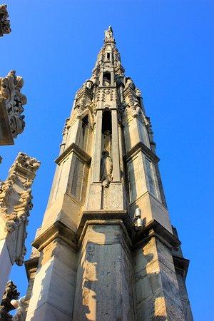 Dôme de Milan : spire showing niches with figures