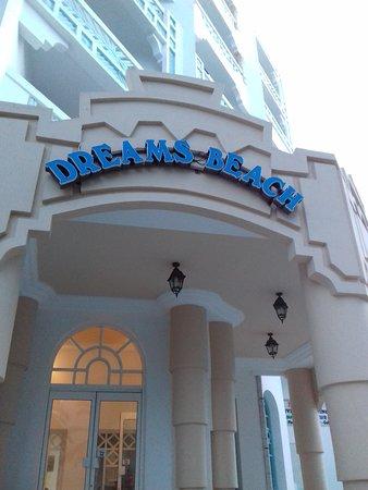 Dreams Beach Hotel: центральный вход с улицы