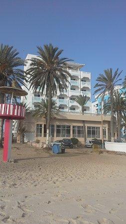 Dreams Beach Hotel: Отель. Вид с пляжа