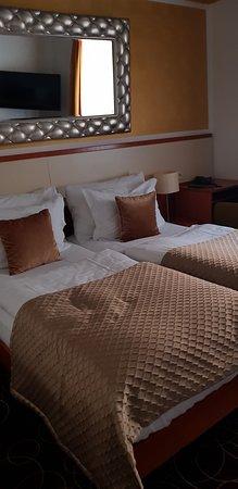 Habitación pequeña; dos camas pequeñas que se juntan.