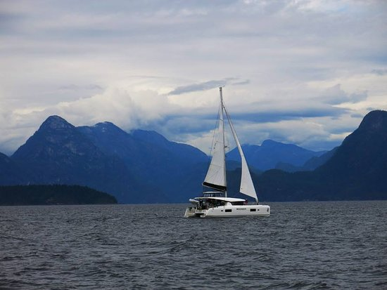 Nanaimo, Kanada: The Brand-new Lagoon 42 Catamaran - 'Water Dragon' under sail through picturesque Desolation Sou