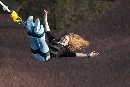 AJ Hackett Bungy: Un exemple de photo prise lors d'un rebond sur un premier saut à l'élastique.   Le photographe vous demandera de regarder vos pieds afin de pouvoir prendre des photos comme celle ci. 