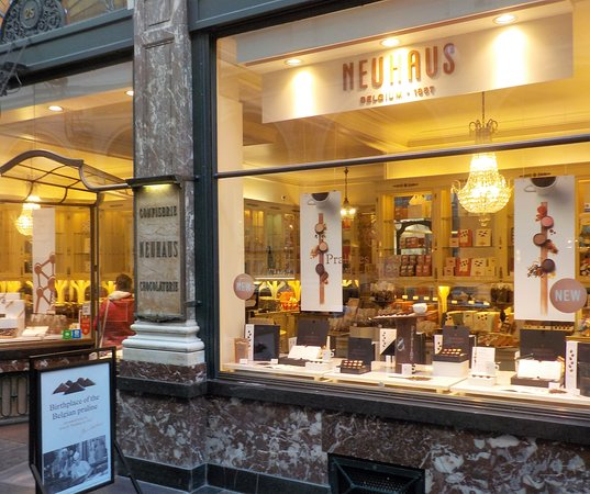 Neuhaus Galerie de la Reine - L'atelier de Neuhaus: Vitrine à droite de l'entrée de la boutique