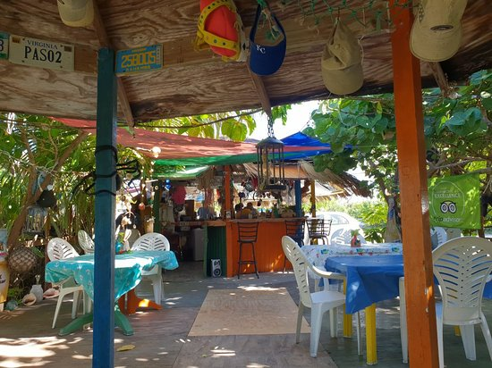 Deadman's Cay, Лонг-Айленд: The bar and seating area outside