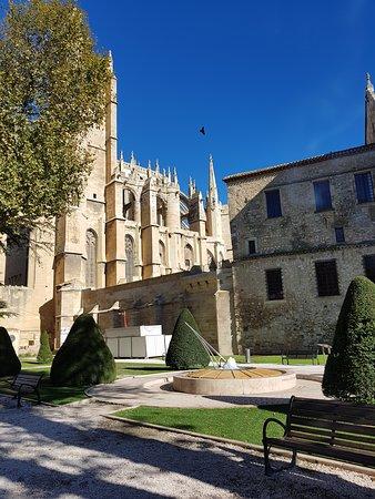 Vue extérieure de l'Abbaye et la maison des Archevêques.