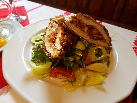 Százhalombatta, Magyarország: Stuffer fried chicken with salad