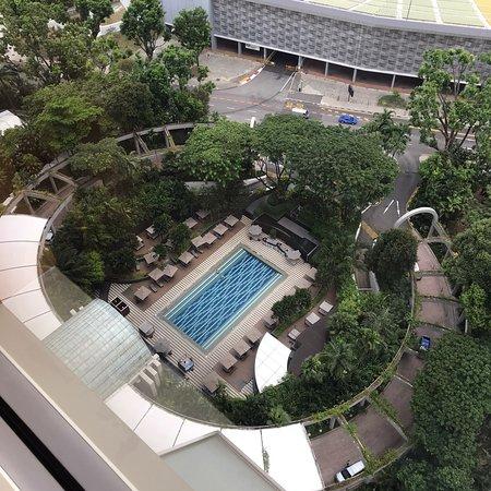 プールはイマイチ。部屋とスタッフと眺めは最高です。