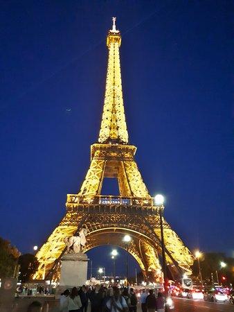 Foto nocturna desde el puente trente a la Tour Eiffel