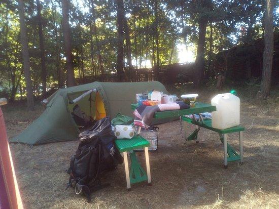 Kanustation Mirow: Es gibt viele gute Orte, sein Zelt auf waagerechter Erde aufzustellen, dabei geschützt im Schatten, mit viel frischer Luft.  Überall sind kleine Holzbänke mit TIschen aufgestellt, einige davon sogar überdacht, das ist super :)