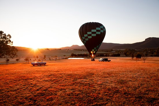 Flying high above Hunter Valley! No better way to see the New South Wales countryside than from inside a hot air balloon with the multi-coloured sky as a backdrop. From award-winning wineries to spectacular restaurants, the hunter valley is an ideal getaway.