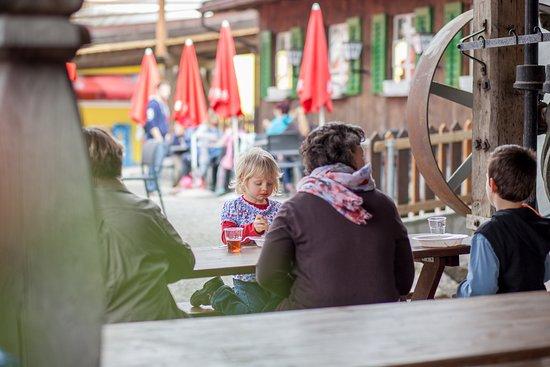 Schongau, Sveits: Kleines Schleckmaul, Kaffeetante oder Rodler mit Bärenhunger: Im modernen Selbstbedienungs-Restaurant mit rund 70 Plätzen und der grossen Gartenwirtschaft mit über 200 Plätzen werden Durst und Hunger gestillt.