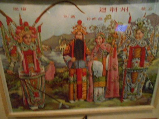 Väggtavla på kostymerade dansare från Asien.