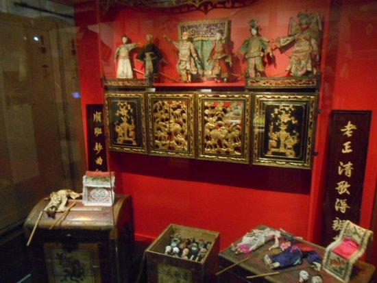 Dockor och föremål från Asien.