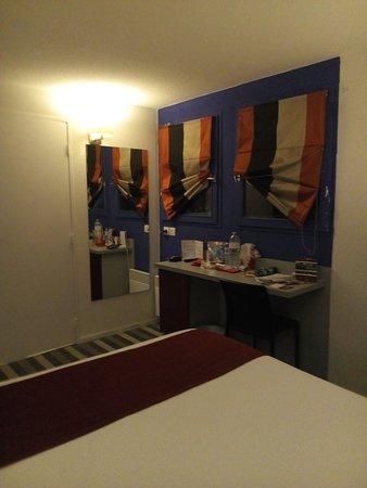 les 2 petites fenêtres avec rideaux à problème hôtel Donibane coin bureau dans la chambre 101