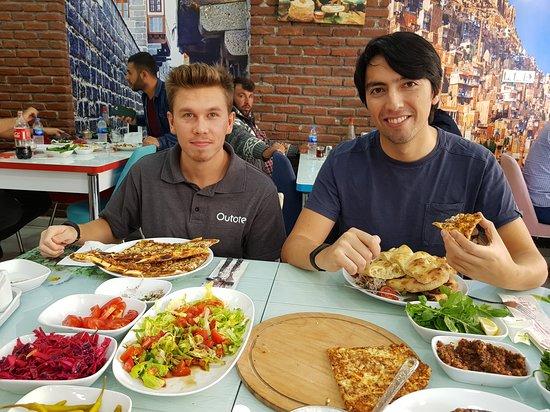 Mazidagi, ตุรกี: Con Colegas de trabajo y disfrutando Kebab y Pide