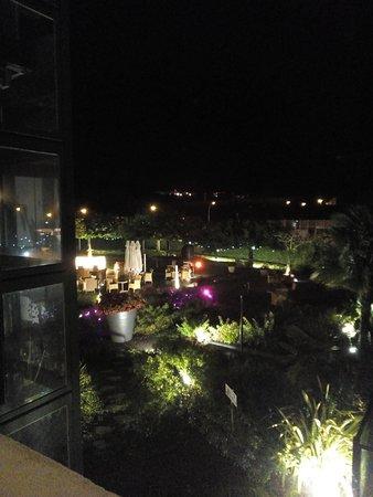 terrasse du restaurant de l'hôtel Donibane et jardin vue arrière la nuit proche piscine !