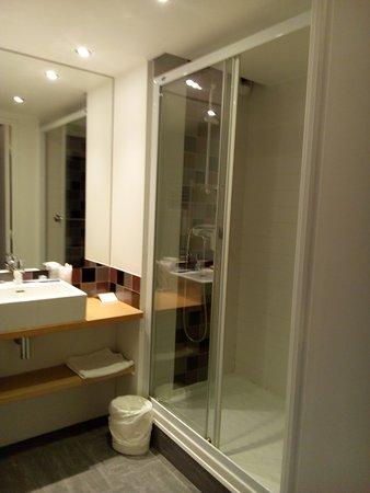 salle de bain séparée complètement du WC assez luxueuse à hôtel Donibane !