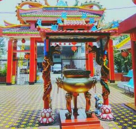 Ciamis, Indonesien: The oldest altar around 200 hundred years old it's taken in 1742 by Oey family when the Mancu era