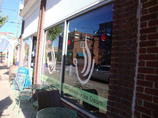 Uptown Cafe : Street view.
