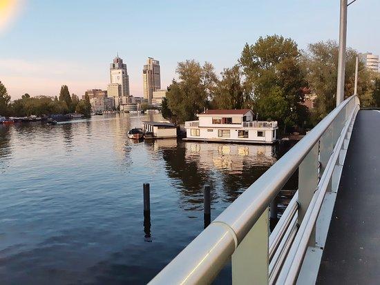 Thuis Aan de Amstel: Vista da ponte , do caminho, Riio Amstel. O restaurante fica atrás das árvores