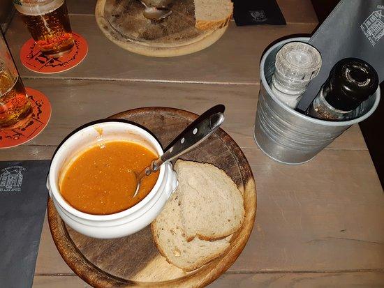 Thuis Aan de Amstel:  A sopa, a  mesa rústica e o baldinho, onde vêm os talheres e guardanapos!
