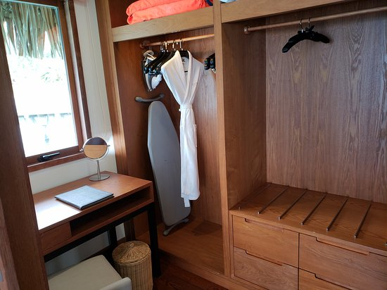 Conrad Bora Bora Nui : Changing room in the King Overwater Bungalow