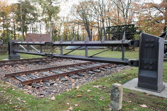 Ook deze unieke spoorversperring is te vinden in de museumtuin.