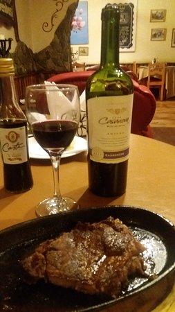 Tremendo cuarto de carne a la grilla. Con un buen vino para compartir. Lo sirven en su punto preciso.!!
