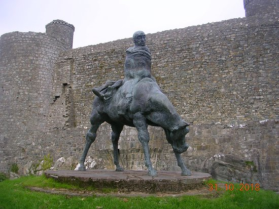 A left view of The 2 Kings Statue (Harlech)