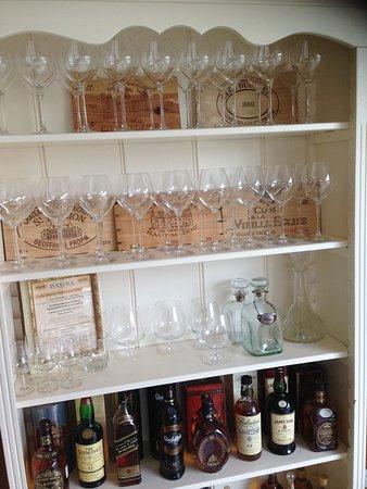 Uitgebreid assortiment alcoholische dranken met bijpassende decoratie.