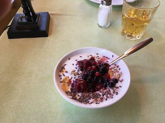 Anttola, Suomi: Yogurt, frutti di bosco e succo di mela (fra le altre cose) a colazione.
