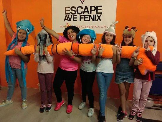 Escape Ave Fenix : Estas chocas han venido a celebrar el cumple de Omara, y se lo han pasado en grande salvando los animales del zoo.