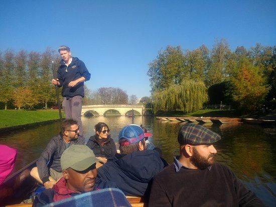 Promenade en barque à Cambridge : Punting on the River Cam.