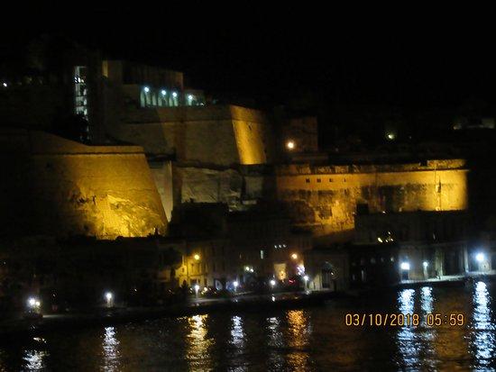 Valletta Waterfront: Ville très éclairée.