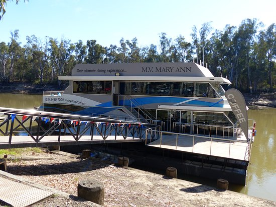 Echuca, Australia: This is the MV Mary Ann waiting for people to board for a cruise.