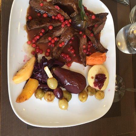 Auberge l'écu vaudoix Begnin Suisse .Une assiette digne de la grande restauration bravo pour la promenade dans les jardins et bois !!!!
