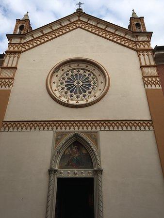 Menaggio, Itália: simple gabled façade with rose window