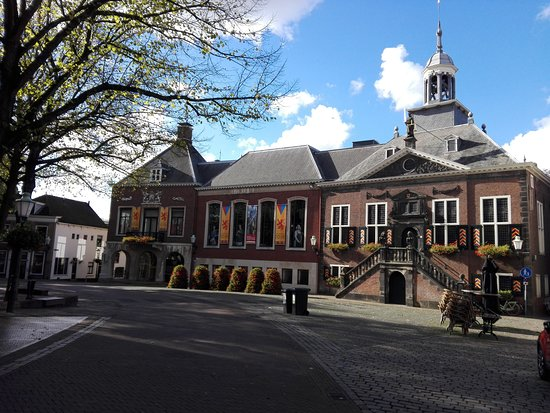 Vlaardingen, Niederlande: The carefully designed City Hall with the historic part on the right side