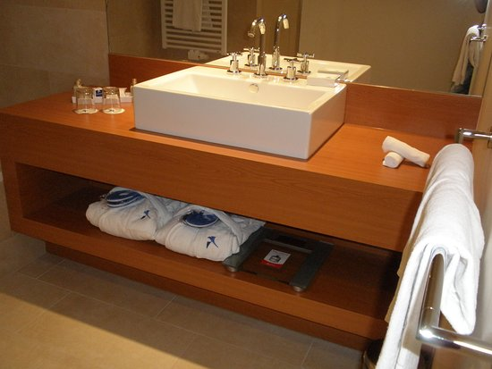Apartments Bad Waltersdorf : One of the two bathrooms