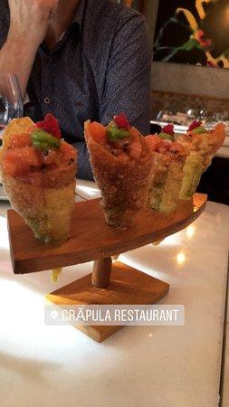 Conos de tartar de salmón con guacamole