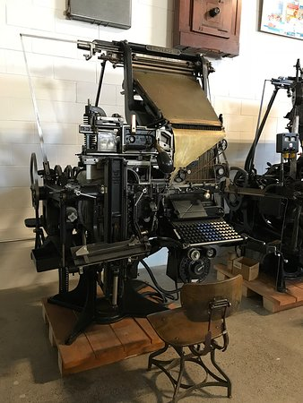 Oakville, Canadá: Howard Iron Works Printing Museum's collection includes machinery, artifacts and ephemera from the 1800's to the mid 20th century.  Shown here is a 1917 Linotype linecaster, a revolutionary invention by Ottmar Mergenthaler.